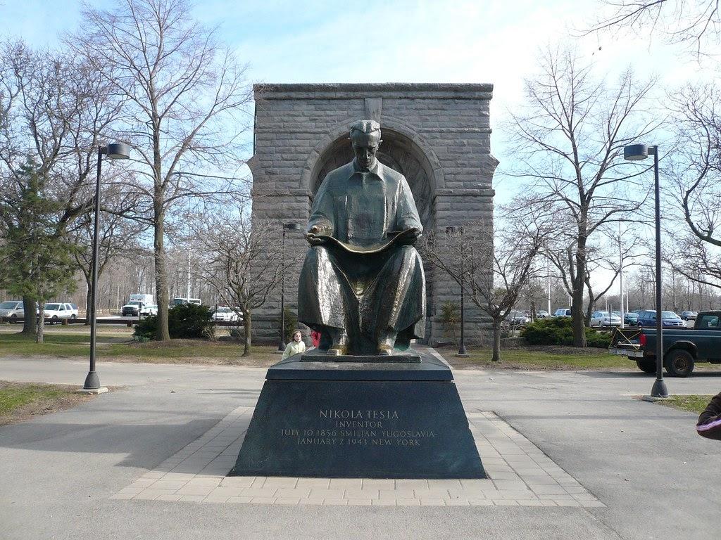 Teslanin-heykeli